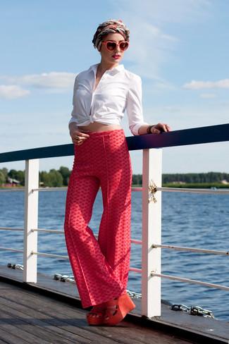 Cómo combinar: camisa de vestir blanca, pantalones anchos estampados rojos, sandalias con cuña de ante naranjas, bufanda de seda en rojo y blanco
