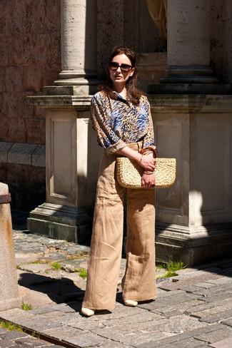Cómo combinar: camisa de vestir de leopardo marrón claro, pantalones anchos marrón claro, sandalias de tacón de cuero en beige, bolsa tote de paja en beige