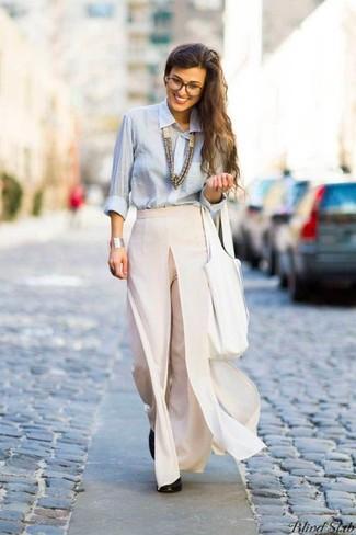 9d44c60790 Cómo combinar unos pantalones anchos en beige con unos zapatos de ...
