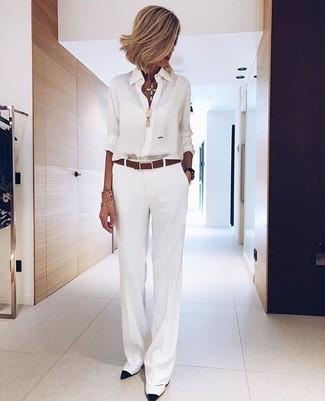 Cómo combinar: camisa de vestir de gasa blanca, pantalones anchos blancos, zapatos de tacón de cuero en blanco y negro, correa de cuero marrón