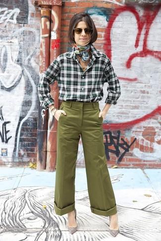 Cómo combinar: camisa de vestir de tartán verde oscuro, pantalones anchos verde oliva, zapatos de tacón de ante con adornos grises, bufanda de seda estampada en verde menta