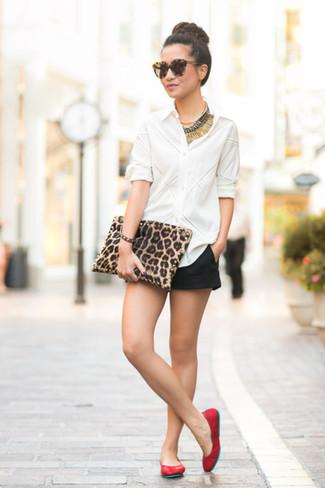 Para crear una apariencia para un almuerzo con amigos en el fin de semana equípate una camisa de vestir blanca junto a unos pantalones cortos. Para darle un toque relax a tu outfit utiliza bailarinas de cuero rojas.