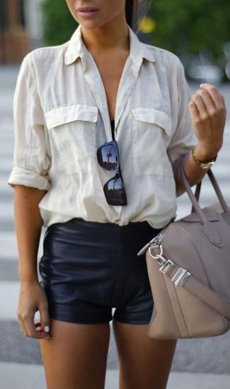 Cómo combinar un reloj dorado: Emparejar una camisa de vestir blanca con un reloj dorado es una opción incomparable para el fin de semana.