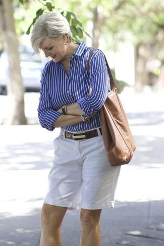 Cómo combinar: camisa de vestir de rayas verticales azul, pantalones cortos blancos, bolsa tote de cuero marrón, correa de cuero en marrón oscuro