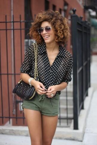 Cómo combinar: camisa de vestir de gasa a lunares en negro y blanco, pantalones cortos verde oliva, bolso bandolera de cuero acolchado negro, gafas de sol grises