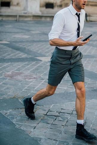 Cómo combinar: camisa de vestir blanca, pantalones cortos en gris oscuro, botas casual de cuero negras, corbata negra