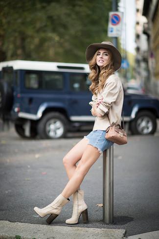 Cómo combinar: camisa de vestir en beige, pantalones cortos vaqueros celestes, botines de cuero en beige, bolso bandolera de cuero con print de serpiente marrón claro