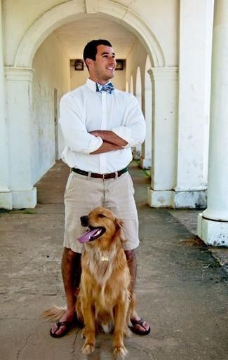 Cómo combinar: camisa de vestir blanca, pantalones cortos en beige, chanclas de cuero en marrón oscuro, corbatín de tartán azul
