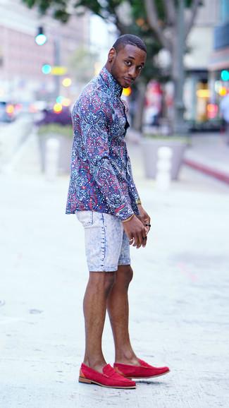 Cómo combinar: camisa de vestir con print de flores azul, pantalones cortos vaqueros celestes, mocasín de ante rosa, reloj dorado
