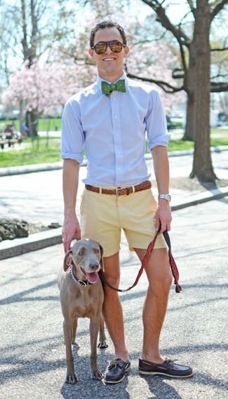 Cómo combinar: camisa de vestir celeste, pantalones cortos amarillos, náuticos de cuero en marrón oscuro, corbatín a lunares verde