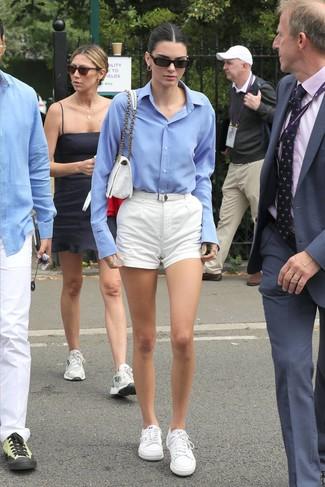 Cómo combinar: camisa de vestir celeste, pantalones cortos blancos, tenis blancos, bolso de hombre de lona blanco