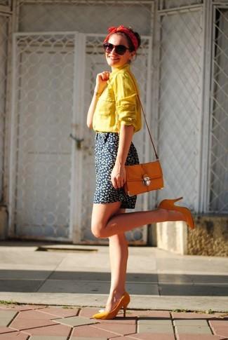 Cómo combinar: camisa de vestir amarilla, pantalones cortos con print de flores azul marino, zapatos de tacón naranjas, bolso bandolera naranja