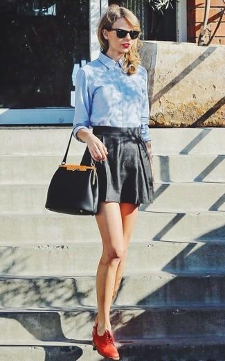 Look de Taylor Swift: Camisa de Vestir Celeste, Pantalones Cortos Negros, Zapatos Oxford de Cuero Rojos, Cartera de Cuero Negra