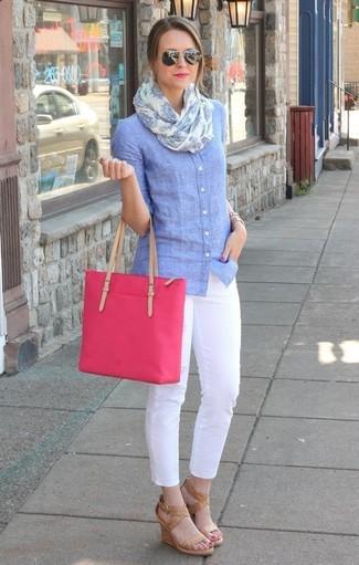 Cómo combinar: camisa de vestir de cambray celeste, pantalones pitillo blancos, sandalias con cuña de cuero marrón claro, bolsa tote de lona rosa