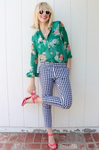 Cómo combinar un anillo verde: Para un atuendo tan cómodo como tu sillón empareja una camisa de vestir con print de flores verde junto a un anillo verde. Sandalias de tacón de cuero rosa son una opción perfecta para completar este atuendo.