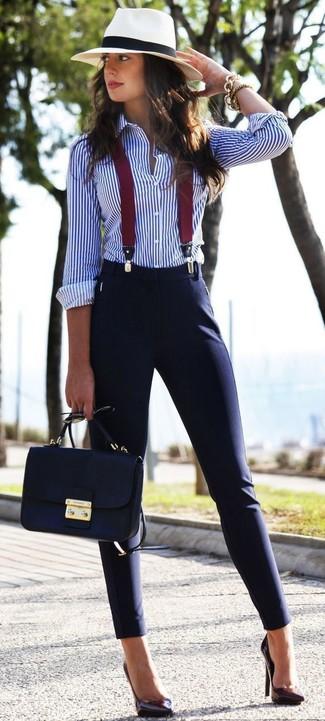 Cómo combinar unos tirantes: Una camisa de vestir de rayas verticales en blanco y azul y unos tirantes son una opción buena para el fin de semana. Zapatos de tacón de cuero morado oscuro son una opción estupenda para completar este atuendo.
