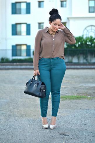 Cómo combinar: camisa de vestir de seda marrón, pantalones pitillo en verde azulado, zapatos de tacón de cuero plateados, bolsa tote de cuero negra