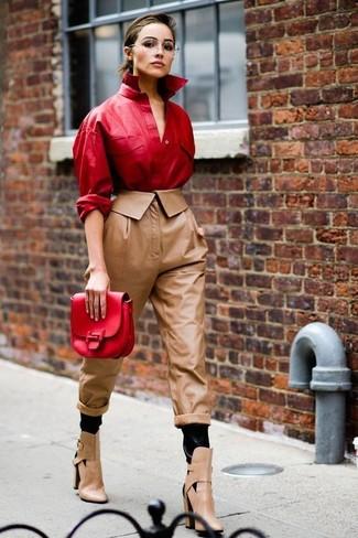 Cómo combinar: camisa de vestir de cuero roja, pantalón de pinzas de cuero marrón, botines de cuero con recorte marrón claro, cartera sobre de cuero roja