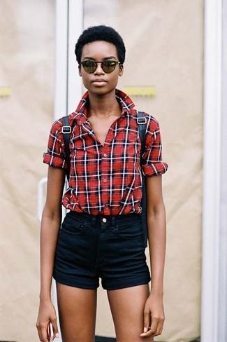 Cómo combinar: camisa de vestir de tartán roja, pantalones cortos vaqueros negros, mochila de cuero negra, gafas de sol verde oscuro