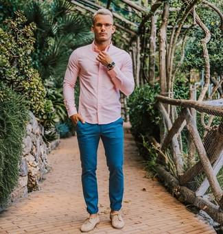 Cómo combinar: camisa de vestir rosada, pantalón chino azul, zapatos derby de cuero en beige, reloj azul