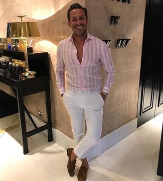 Cómo combinar: camisa de vestir de rayas verticales rosada, pantalón chino blanco, mocasín con borlas de ante marrón, reloj dorado