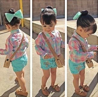 Cómo combinar: camisa de vestir rosada, pantalones cortos en verde menta, zapatos oxford marrónes