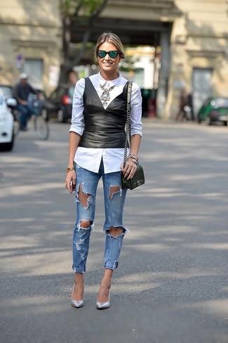 Cómo combinar: camisa de vestir blanca, top con sobrefalda de cuero negro, vaqueros pitillo desgastados azules, zapatos de tacón de cuero plateados