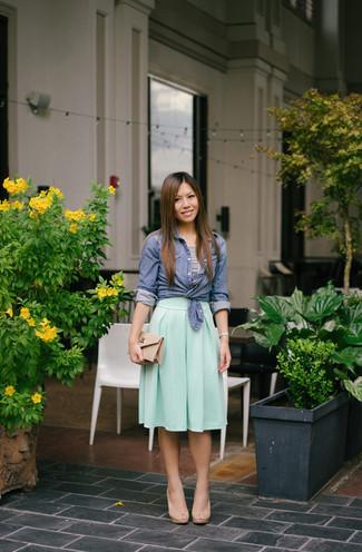 Cómo combinar: camisa de vestir de cambray azul, top corto de rayas horizontales en blanco y negro, falda midi plisada en verde menta, sandalias de tacón de cuero en beige