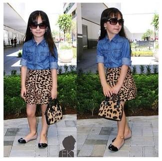Cómo combinar: camisa de vestir vaquera azul, falda de leopardo marrón, bailarinas negras