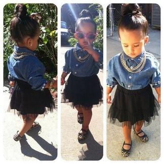 Cómo combinar: camisa de vestir vaquera azul, falda de tul negra, bailarinas marrón claro