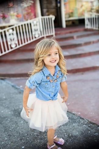 Cómo combinar: camisa de vestir vaquera celeste, falda de tul blanca, bailarinas rosadas