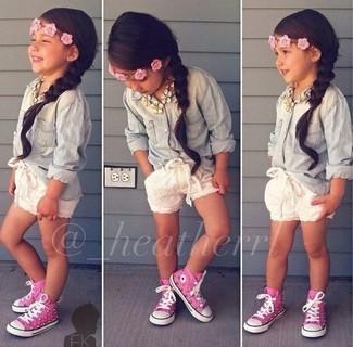Cómo combinar: camisa de vestir vaquera celeste, pantalones cortos blancos, zapatillas rosa