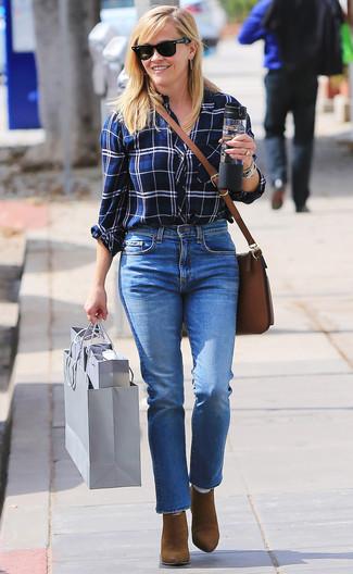 Cómo combinar: camisa de vestir de tartán en blanco y azul marino, vaqueros azules, botines de ante marrónes, bolso bandolera de cuero marrón