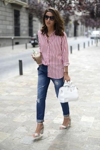 Cómo combinar: camisa de vestir de rayas verticales en blanco y rojo, vaqueros boyfriend desgastados azules, sandalias de tacón de cuero plateadas, bolso bandolera de cuero blanco