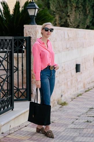 Cómo combinar: camisa de vestir rosa, vaqueros azul marino, chinelas de pelo de becerro de leopardo marrón claro, bolsa tote de cuero negra