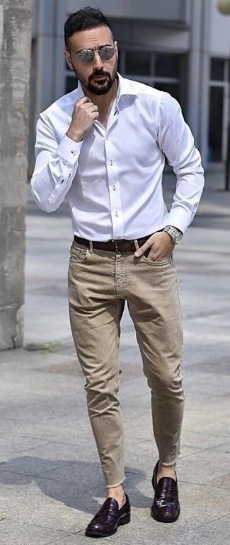 Cómo combinar unos vaqueros marrón claro: Si buscas un estilo adecuado y a la moda, ponte una camisa de vestir blanca y unos vaqueros marrón claro. Con el calzado, sé más clásico y completa tu atuendo con mocasín de cuero en violeta.
