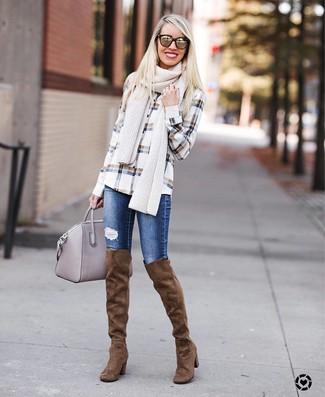 Cómo combinar: camisa de vestir a cuadros blanca, vaqueros pitillo desgastados azules, botas sobre la rodilla de ante marrónes, bolsa tote de cuero gris