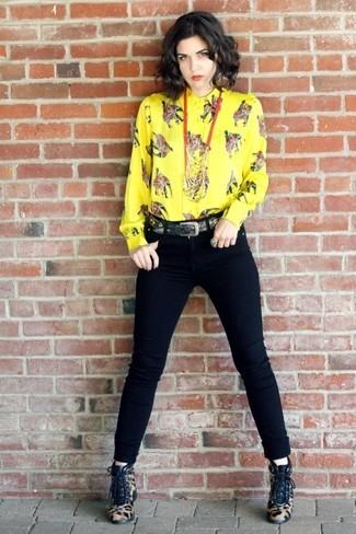 Cómo combinar: camisa de vestir estampada amarilla, vaqueros pitillo negros, botines con cordones de pelo de becerro de leopardo marrón claro, correa negra