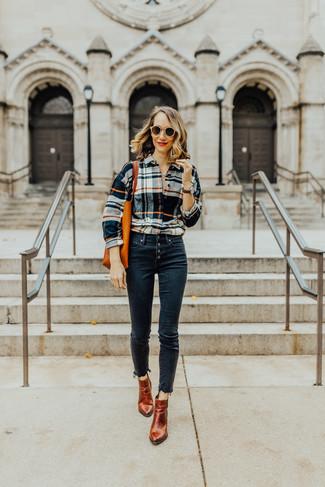 Cómo combinar: camisa de vestir de tartán en multicolor, vaqueros pitillo azul marino, botines de cuero en tabaco, bolsa tote de cuero naranja