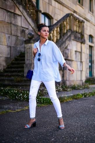Cómo combinar: camisa de vestir celeste, vaqueros pitillo desgastados blancos, sandalias de tacón de cuero celestes, bolso bandolera de cuero azul