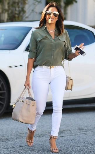 Cómo combinar una correa de cuero blanca: Una camisa de vestir verde oliva y una correa de cuero blanca son una gran fórmula de vestimenta para tener en tu clóset. Sandalias de tacón de cuero en beige son una opción grandiosa para completar este atuendo.