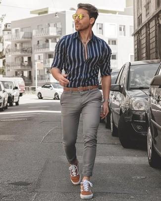 Cómo combinar: camisa de vestir de rayas verticales en azul marino y blanco, vaqueros pitillo grises, tenis de ante en tabaco, correa de cuero marrón claro