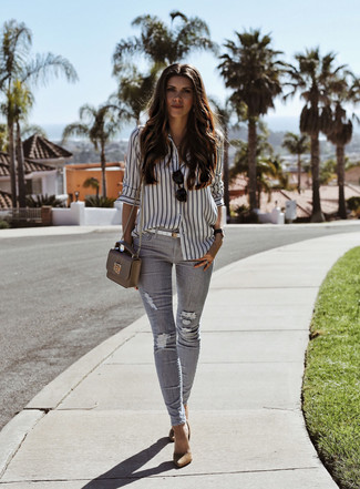 Cómo combinar: camisa de vestir de rayas verticales en blanco y negro, vaqueros pitillo desgastados grises, zapatos de tacón de ante marrón claro, bolso bandolera de cuero gris