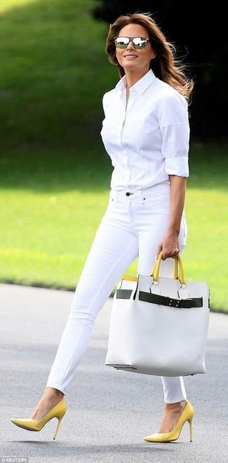 Cómo combinar: camisa de vestir blanca, vaqueros pitillo blancos, zapatos de tacón de cuero amarillos, bolsa tote de cuero blanca