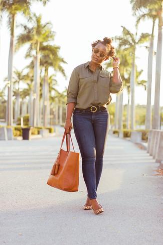 Cómo combinar: camisa de vestir verde oliva, vaqueros pitillo azul marino, zapatos de tacón de cuero de leopardo marrón claro, bolsa tote de cuero naranja