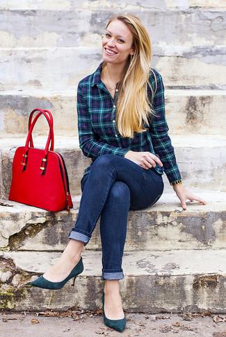 Cómo combinar: camisa de vestir de tartán en verde azulado, vaqueros pitillo azul marino, zapatos de tacón de ante en verde azulado, bolso de hombre de cuero rojo