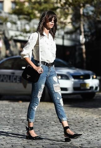 Cómo combinar: camisa de vestir bordada blanca, vaqueros pitillo desgastados azules, zapatos de tacón de cuero negros, bolso bandolera de cuero negro
