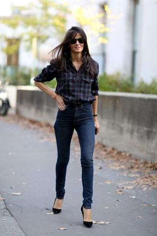 Cómo combinar: camisa de vestir de tartán burdeos, vaqueros pitillo azul marino, zapatos de tacón de ante negros, gafas de sol negras