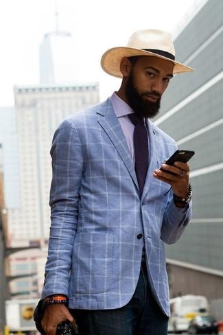 Cómo combinar: camisa de vestir de rayas verticales violeta claro, vaqueros azul marino, sombrero de paja en beige, corbata en violeta