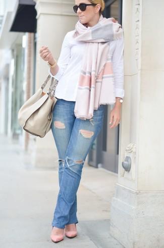 Cómo combinar: camisa de vestir blanca, vaqueros desgastados azules, zapatos de tacón de ante rosados, bolsa tote de cuero en beige